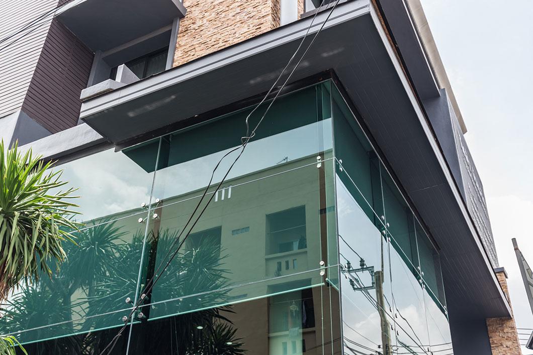 งานผนังอาคาร กระจกนิรภัยลามิเนต ยึดด้วยขา Spider ดูทันสมัย และ เพิ่มความโปร่งให้กับอาคารได้เป็นอย่างดี